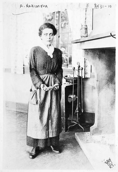 Joan (A. Nazimova) devant la cheminée