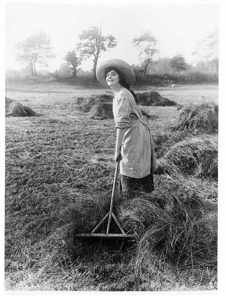 Virginia Pearson ramassant le foin