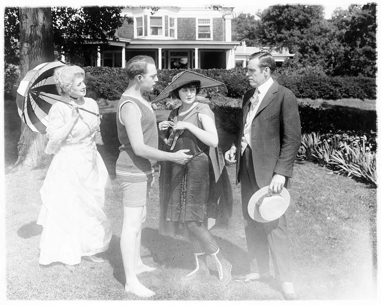 Virginia Pearson, lors d'une partie de plage donnée dans l'Etat de Long Island, portant un chapeau et un costume pour lequel elle a participé à la création