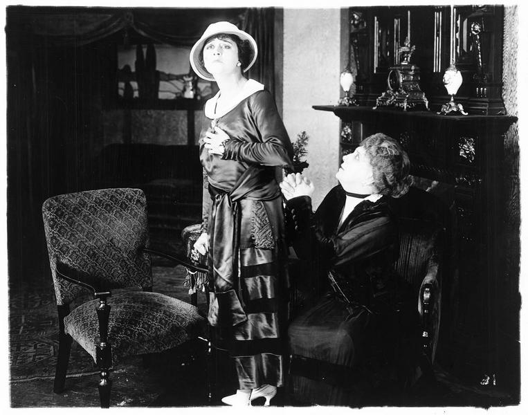 Une dame implorant Mary Bruce (V. Pearson)