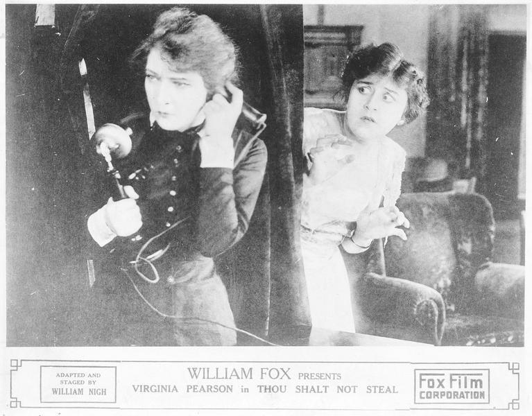 Mary Bruce (V. Pearson) et Madeleine (C. Whitney) au téléphone