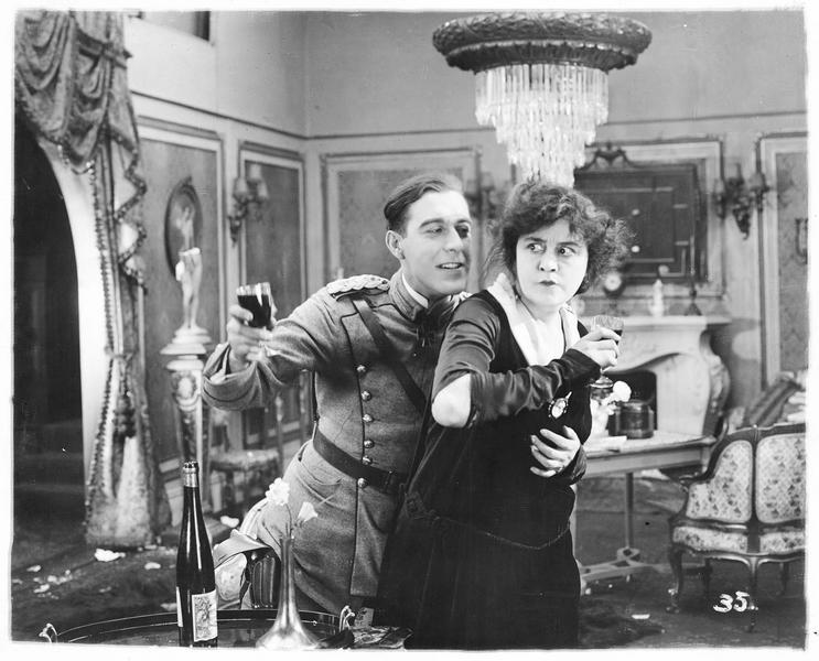 Louise de Ciron (V. Pearson) buvant du vin avec un jeune homme