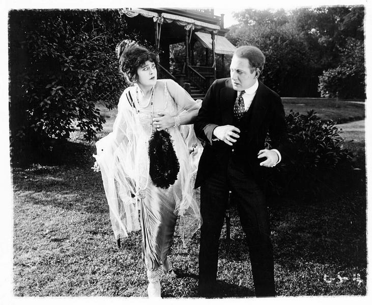 Pauline Cheraud (V. Pearson) dans le jardin avec un homme