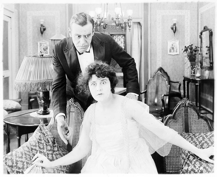 Sybil Houston (V. Pearson) et un homme dans le salon