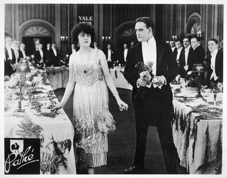Catherine Kimberly (V. Pearson) et John Henry Jackson (W. B. Davidson) lors d'une réception