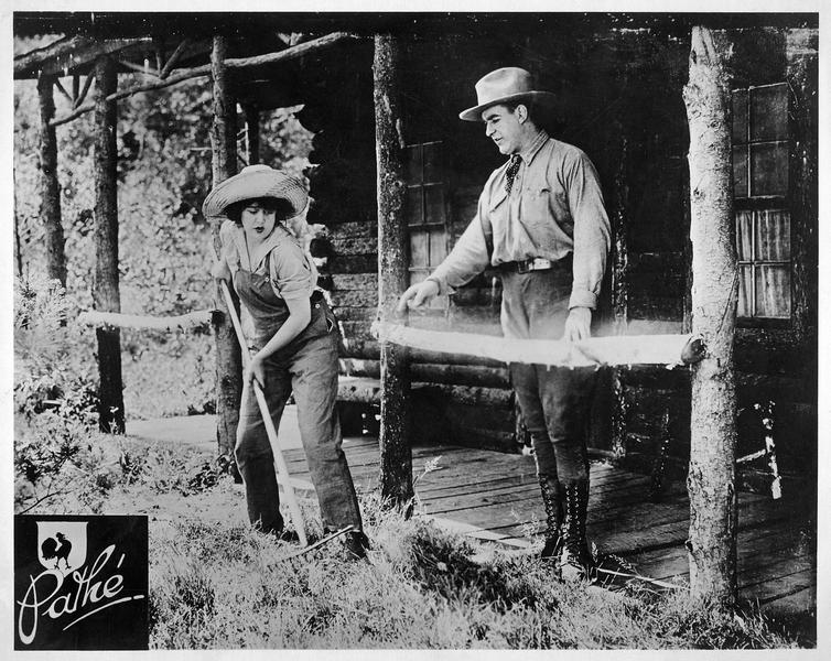 Catherine Kimberly (V. Pearson) et John Henry Jackson (W. B. Davidson) devant une maisonnette forestière
