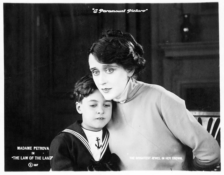 Margaret Harding (O. Petrova) et un garçonnet