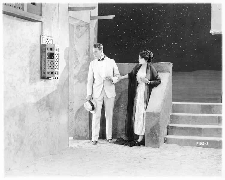 Claudia Perez (O. Petrova) et un jeune homme (W. Powell)