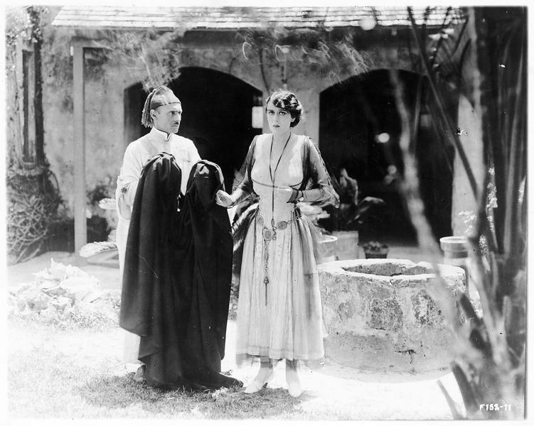Claudia Perez (O. Petrova) dans une cour avec un domestique