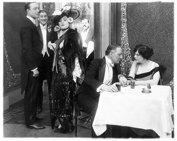 Grace Leonard (V. Suratt) regardant un couple avec dédain