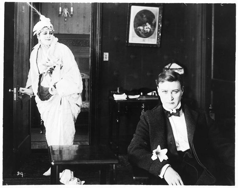 Zena (V. Suratt) entrant dans une pièce où se trouve Billy Martin (H. Hilliard)