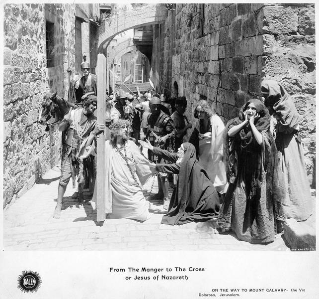 La Vierge Marie (G. Gauntier) et Marie-Madeleine (A. Hollister) accompagnant Jésus (R. Henderson-Bland) sur le chemin de croix