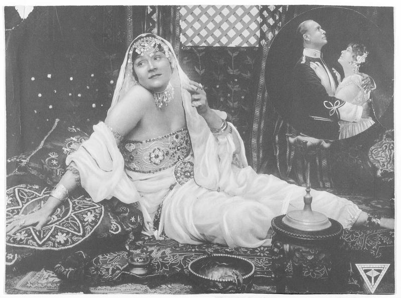 Une femme en costume oriental (M. West)