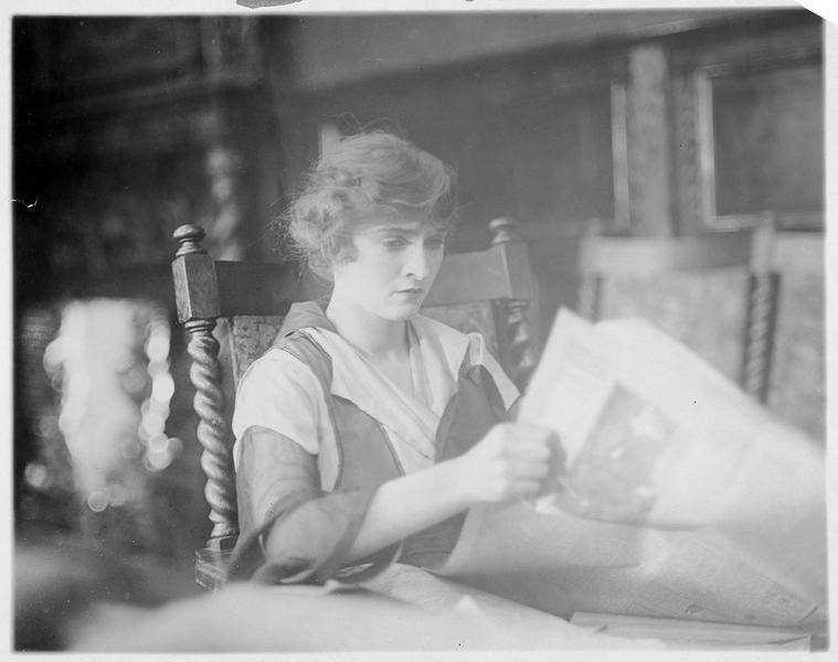 Christine Cadwalader (L. Blake) lisant le journal