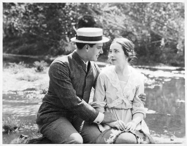 Deux jeunes amoureux au bord d'une rivière