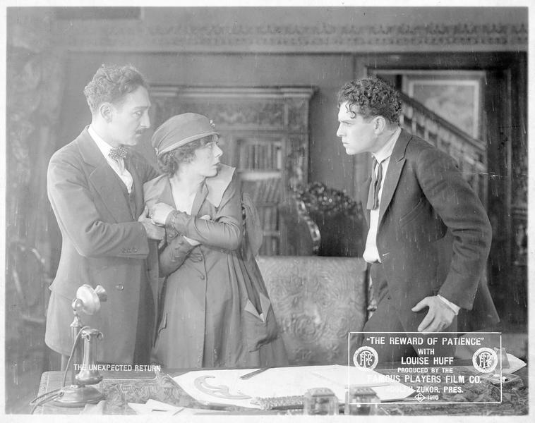 Robert Penfield (J. Bowers) en colère après Patience (L. Huff) qui se réfugie auprès de Paul Dunstan (A. Menjou)