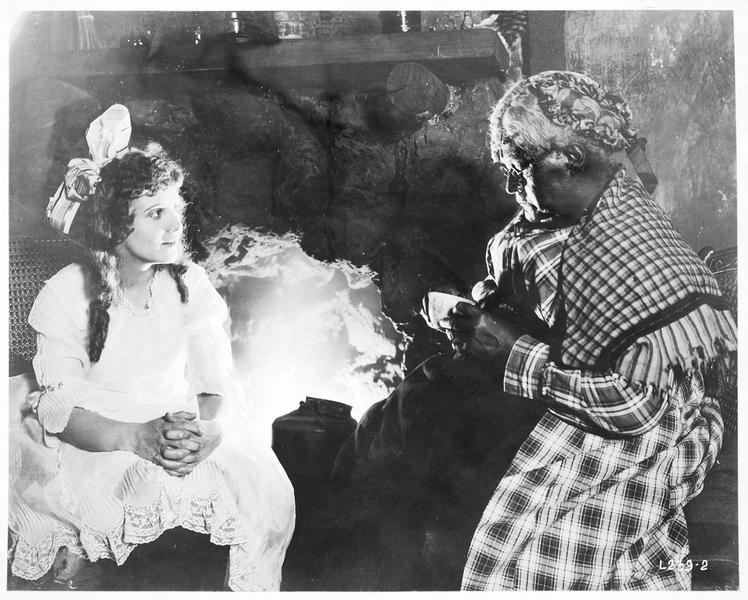 Ruth Nelson (L. Huff) discutant avec une vieille dame noire