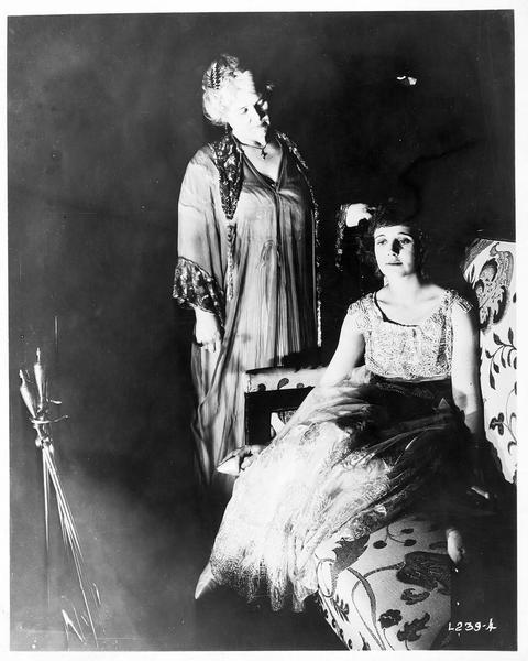 Ruth Nelson (L. Huff) et une dame se tenant debout à côté d'elle