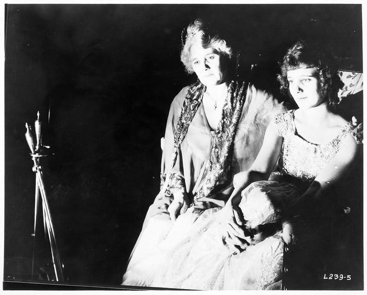 Ruth Nelson (L. Huff) et une dame assise à côté d'elle