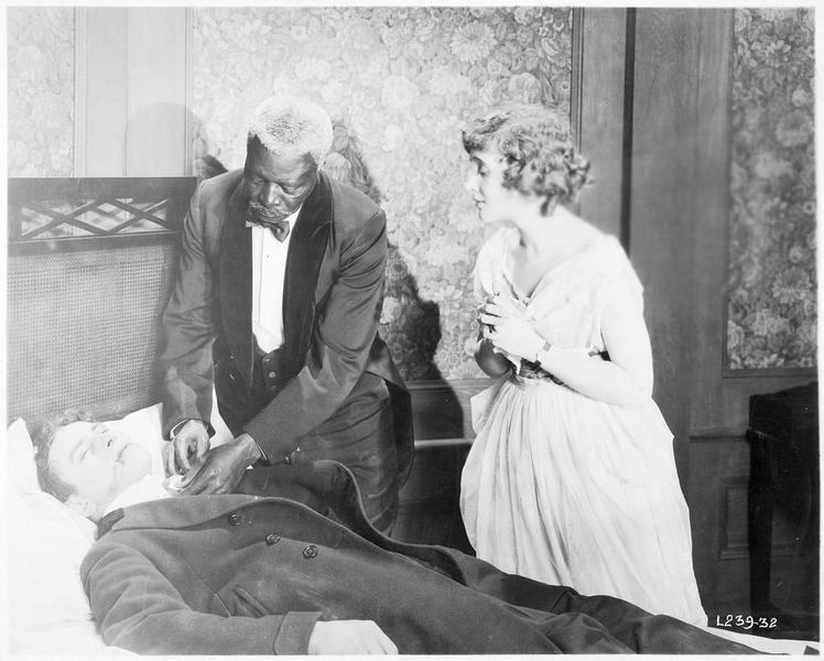 Ruth Nelson (L. Huff) avec le médecin qui s'occupe d'un homme inanimé