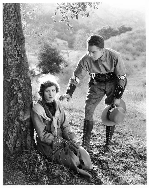 Louise Mazarine (L. Huff) et Orlando Guise (J. Mulhall) à la campagne