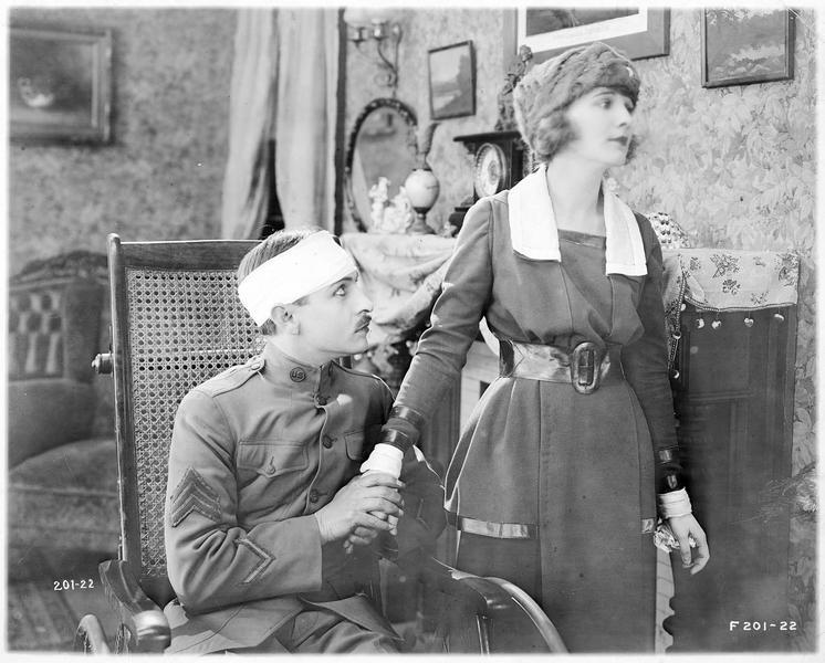 Mary Shelby (L. Huff) et Abraham Lincoln Jones (E. Truex) dans un fauteuil roulant