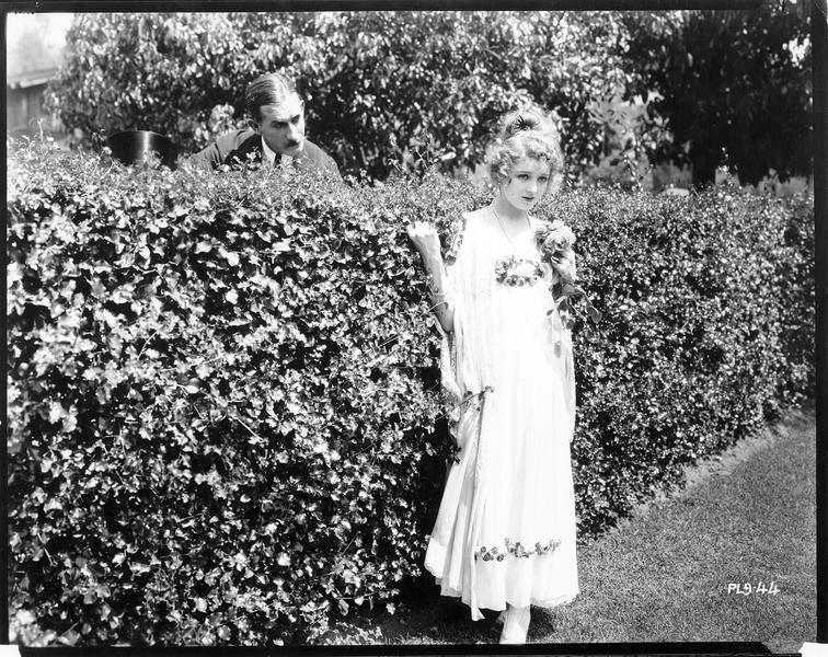 Octavia Bassett (V. Martin) dans le jardin avec Mr. Burmistone (A. Paget)
