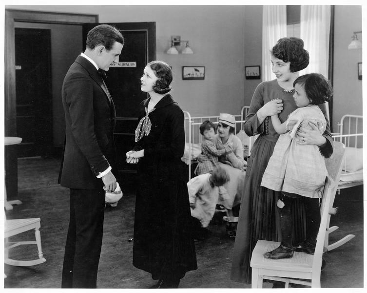 Missy (V. Martin) à la nursery avec Oliver Cloyne (H. Ford)