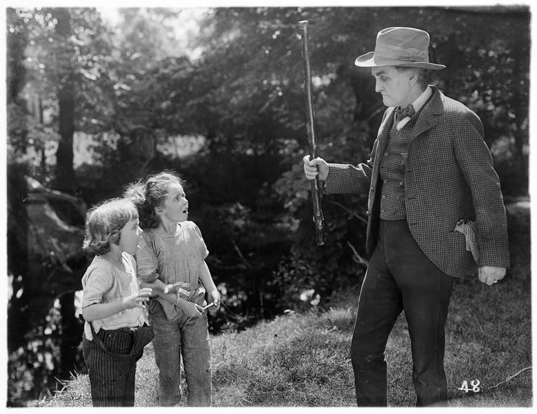 Un homme effrayant deux fillettes