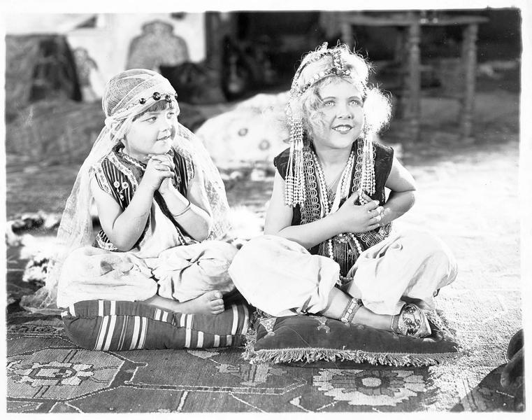 Deux fillettes assises sur des coussins