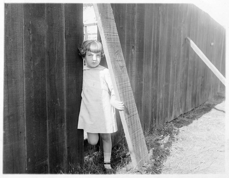 Little Mary Sunshine (M. Osborne) sortant d'une palissade
