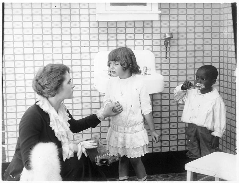 Une fillette (M. Osborne) se faisant sermonner par une dame (K. MacDonald)