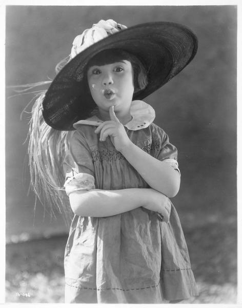 Portrait de Baby Peggy portant le chapeau de sa mère