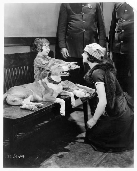 Une mère (L. Lorraine) venant chercher son enfant perdue (B. Peggy)