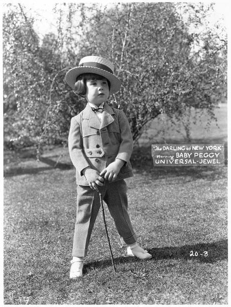 Portrait de Baby Peggy en costume pied-de-poule et canotier