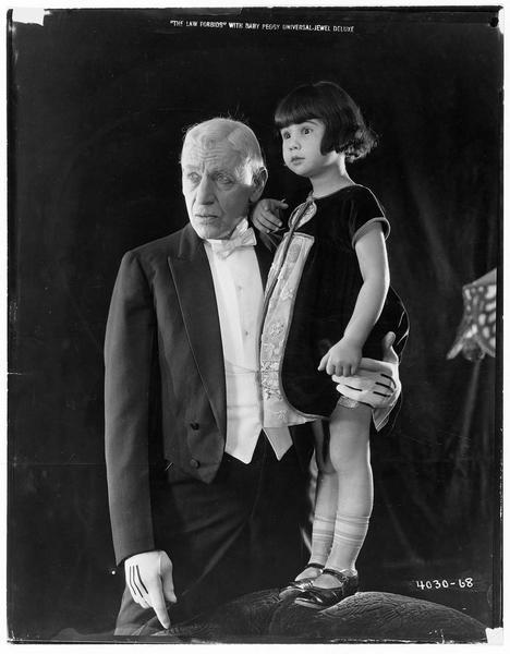 Portrait de Baby Peggy avec un vieux monsieur