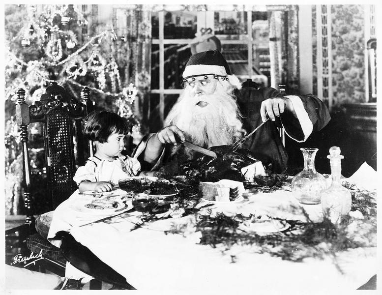 Une fillette (B. Peggy) recevant la visite du Père Noël