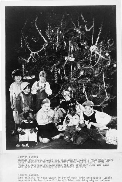 Ouverture des cadeaux de Noël par les enfants de la troupe 'Our Gang Comedy' après une année de bon travail dans les studios