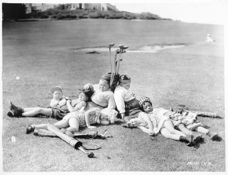 Les enfants de la troupe 'Our Gang Comedy' prenant une petite pause sur le terrain de golf