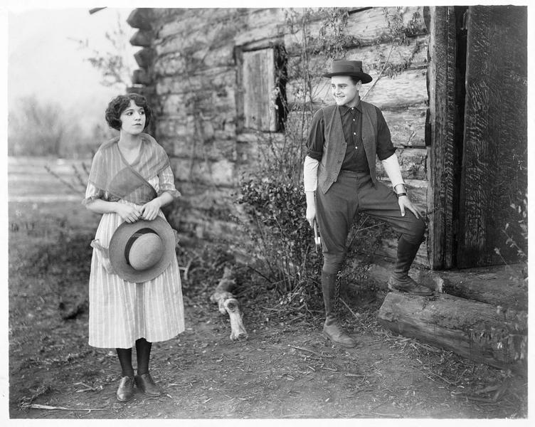 Mary Elizabeth Dale (H. Ferguson) et John Marshall (E.K. Lincoln) devant leur maison
