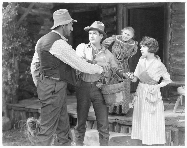 Mary Elizabeth Dale (H. Ferguson), Bud Davis (R. Milash) et «Babe» Davis (T. Santschi) intercédant le seau