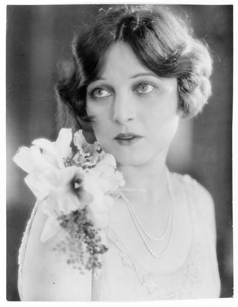Portrait de Corinne Griffith dans le rôle de Violet Bancroft