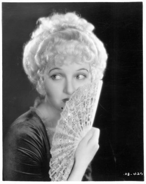 Portrait de Corinne Griffith dans le rôle de Lady Emma Hart Hamilton