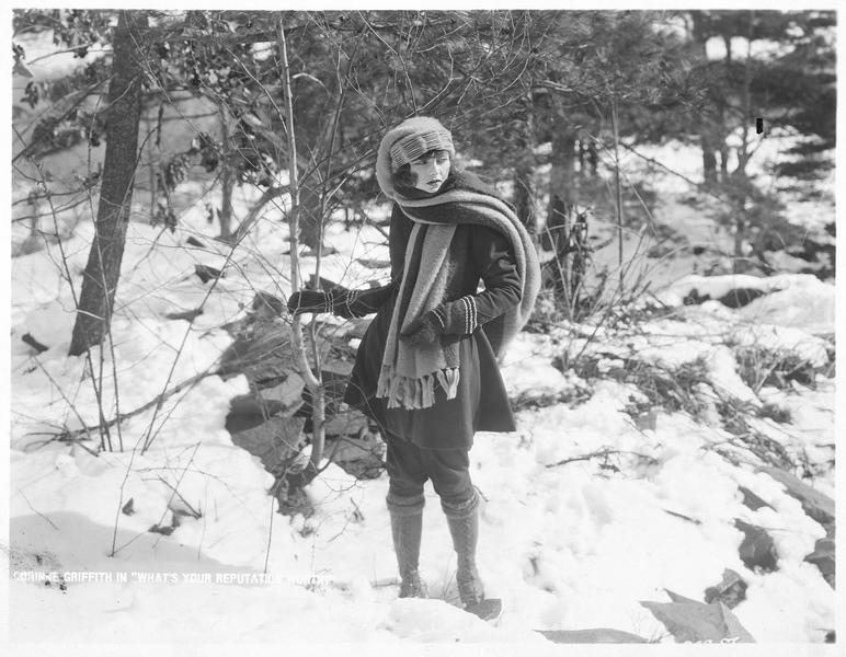 Cara Deene (C. Griffith) dans un sous-bois enneigé