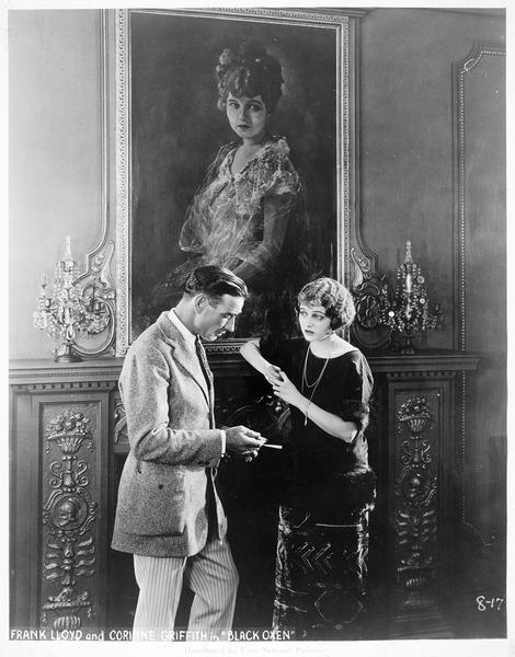 Corinne Griffith et Frank Lloyd en train de discuter
