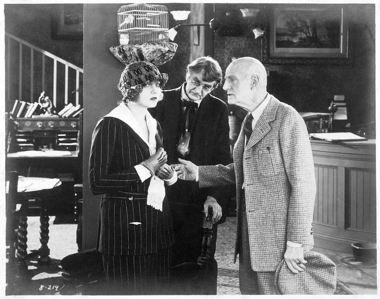 Madame Zatianny-Mary Ogden (C. Griffith) avec deux messieurs dans un bureau