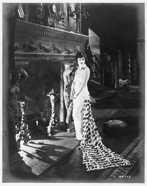 Valerie West (C. Griffith) près de la cheminée