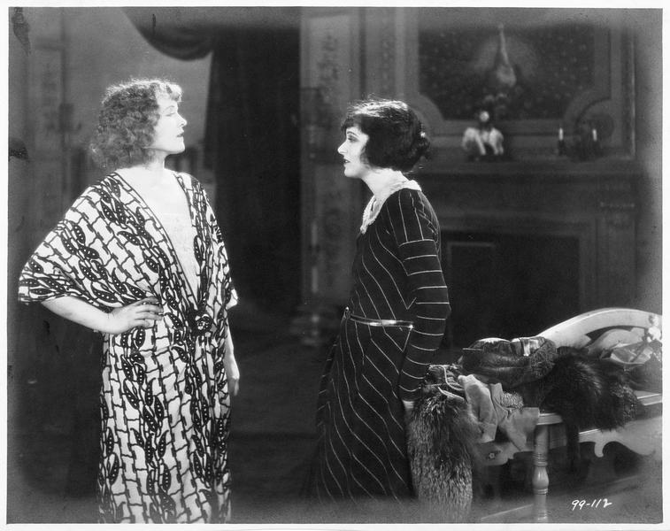 Valerie West (C. Griffith) et Lily Neville (M. P. Dupont)