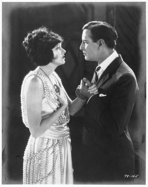 Valerie West (C. Griffith) et Louis Neville (C. Tearle) se tenant la main