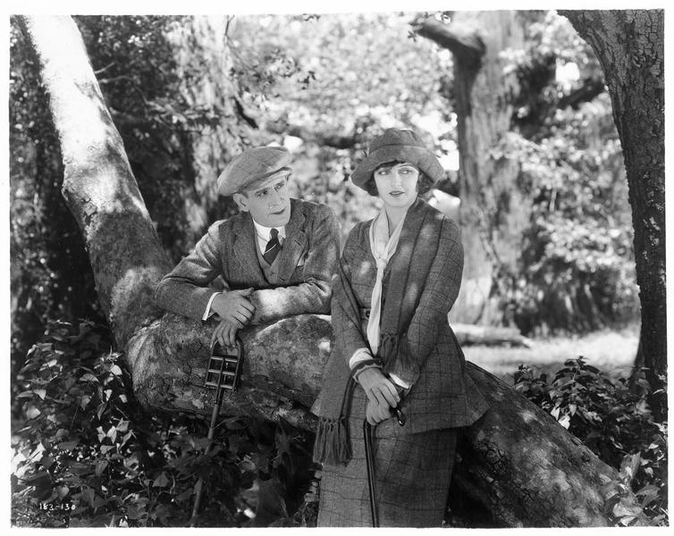 Laline Kingston (C. Griffith) et Dion Leslie (F. Mayo) dans un parc